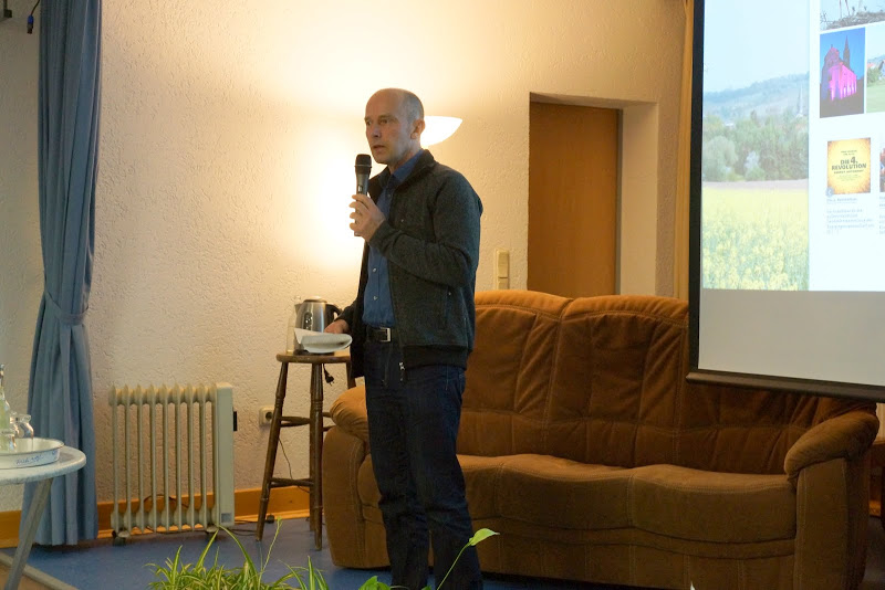 Ortsvorsteher und Vorstandsmitglied der Bioenergiegenossenschaft Prof. Waldhardt begrüßt die Gäste